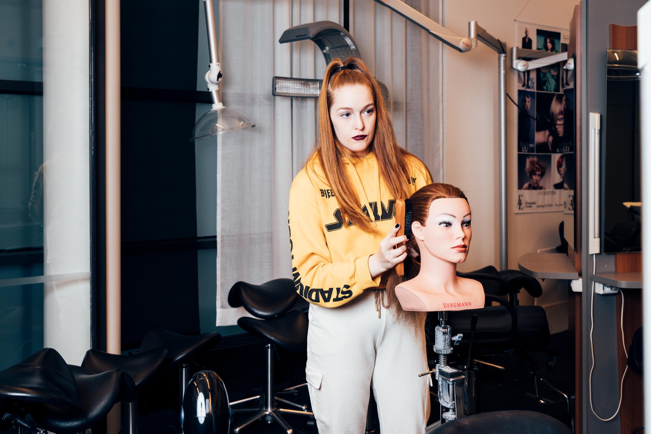 Cover for article 'Hur nöjda är de svenskspråkiga unga med sitt liv? Hur ser de på sin framtid? Ungdomsbarometern 2020 är här.'